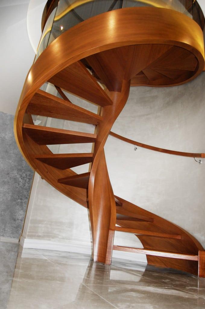 nowoczesne schody gięte z drewna
