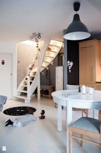 salon z drewnianymi schodami klasycznymi