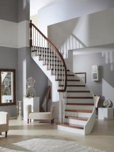 schody nowoczesne w salonie w białej aranżacji