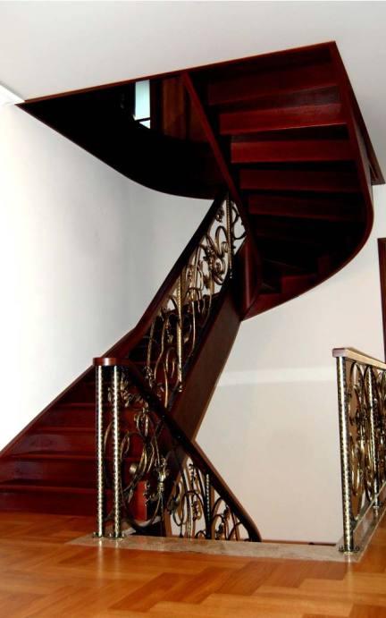 ekskluzywne schody z drewna z podstopnicami