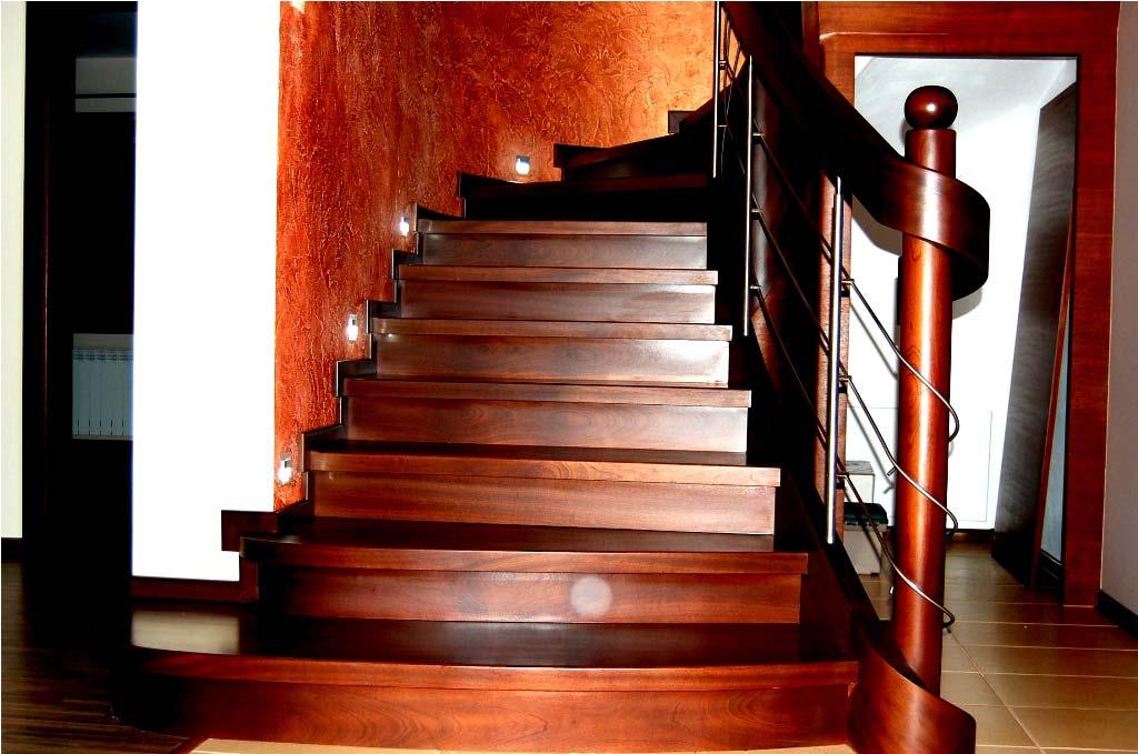 schody drewniane z poręczą
