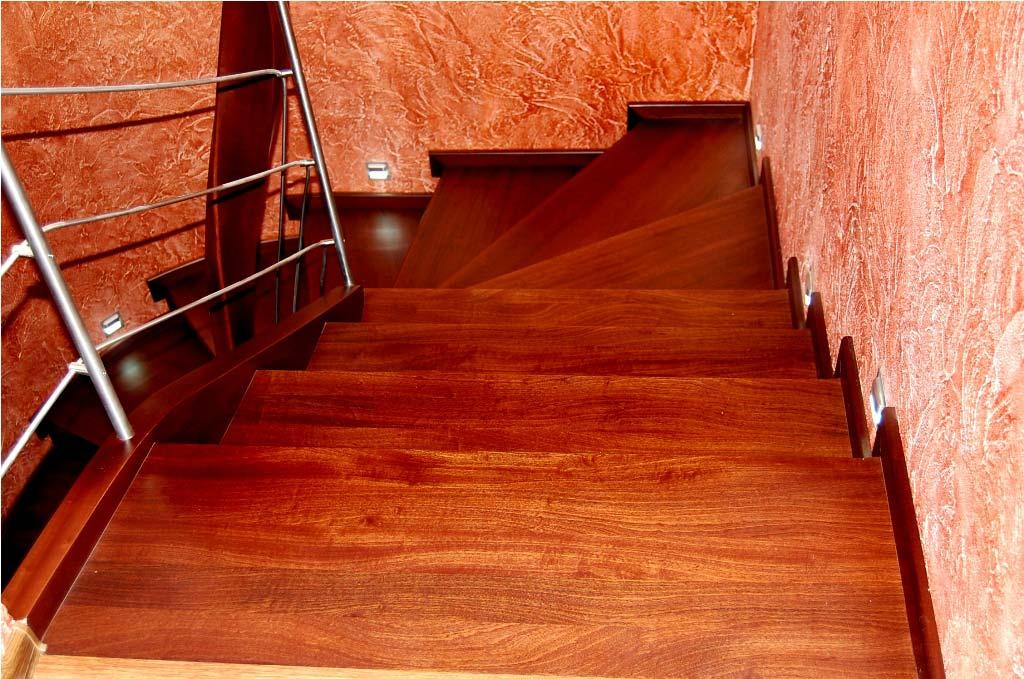 schody drewniane widziane od góry