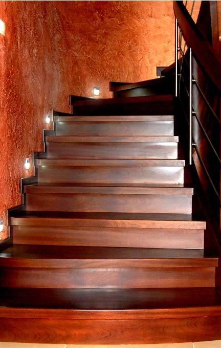 ekskluzywne schody z drewna ze zdobieniami