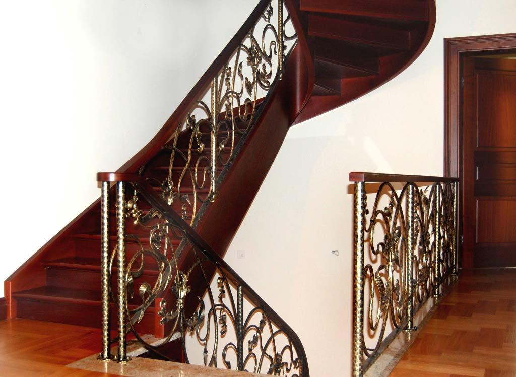 schody gięte z podstopnicami