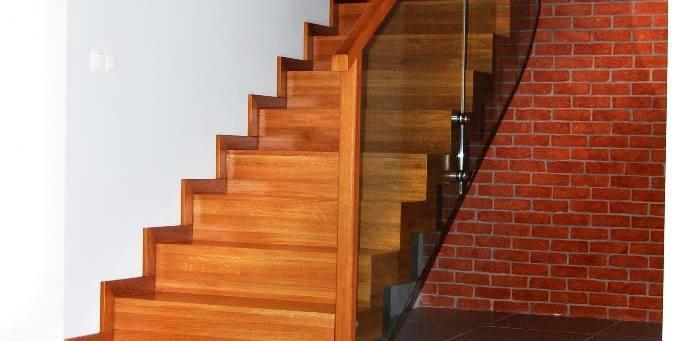 Nowoczesne schody z drewna w przedpokoju