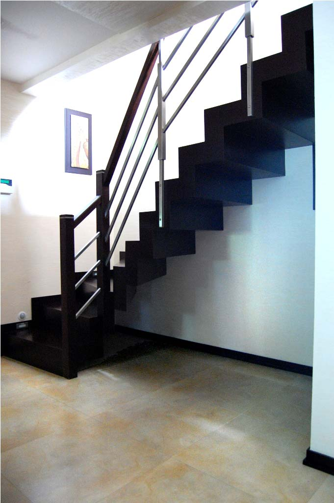 nowoczesne schody wewnętrzne drewniane ciemne