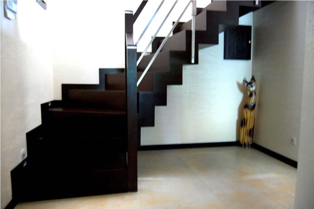 nowoczesne schody wewnętrzna z drewna ciemnego