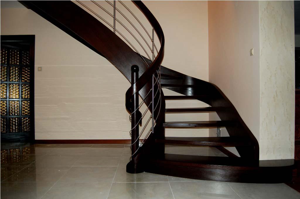 schody ażurowe z drewna widok z przodu