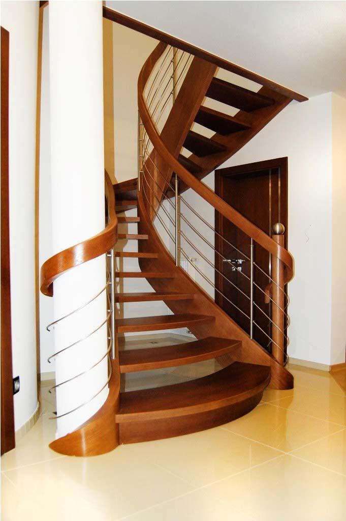 schody gięte z drewna w przedpokoju