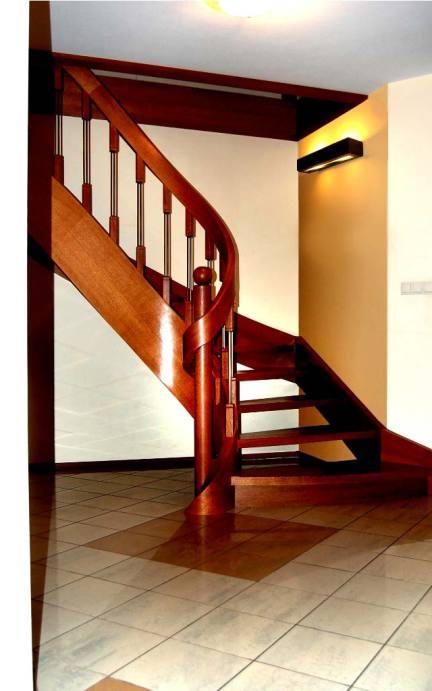 schody jednozabiegowe z drewna naturalnego w salonie