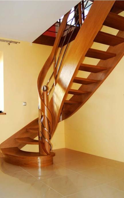 ażurowe schody zabiegowe z drewna na policzkach giętych