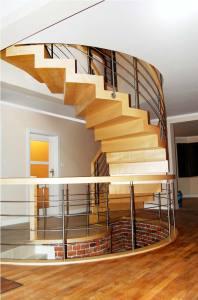 schody drewniane dywanowe jasne