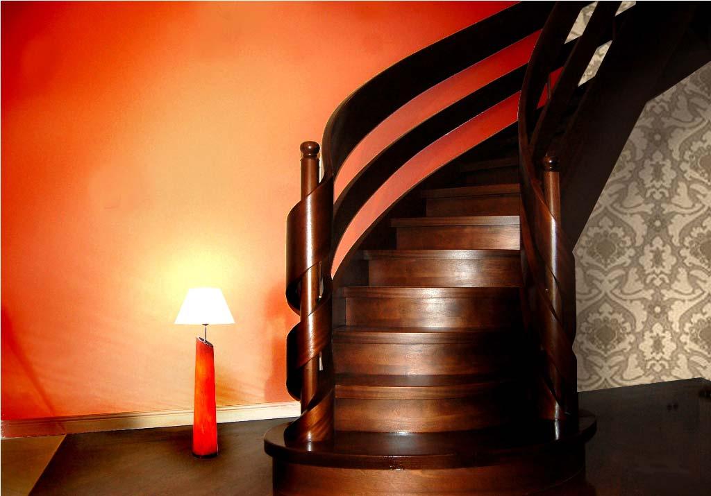 Schody gięte drewniane w odcieniu ciemnym