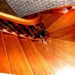 Schody gięte z drewna w kolorze naturalnym