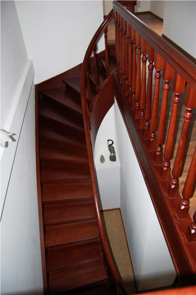 schody gięte z drewna na policzkach marki prudlik
