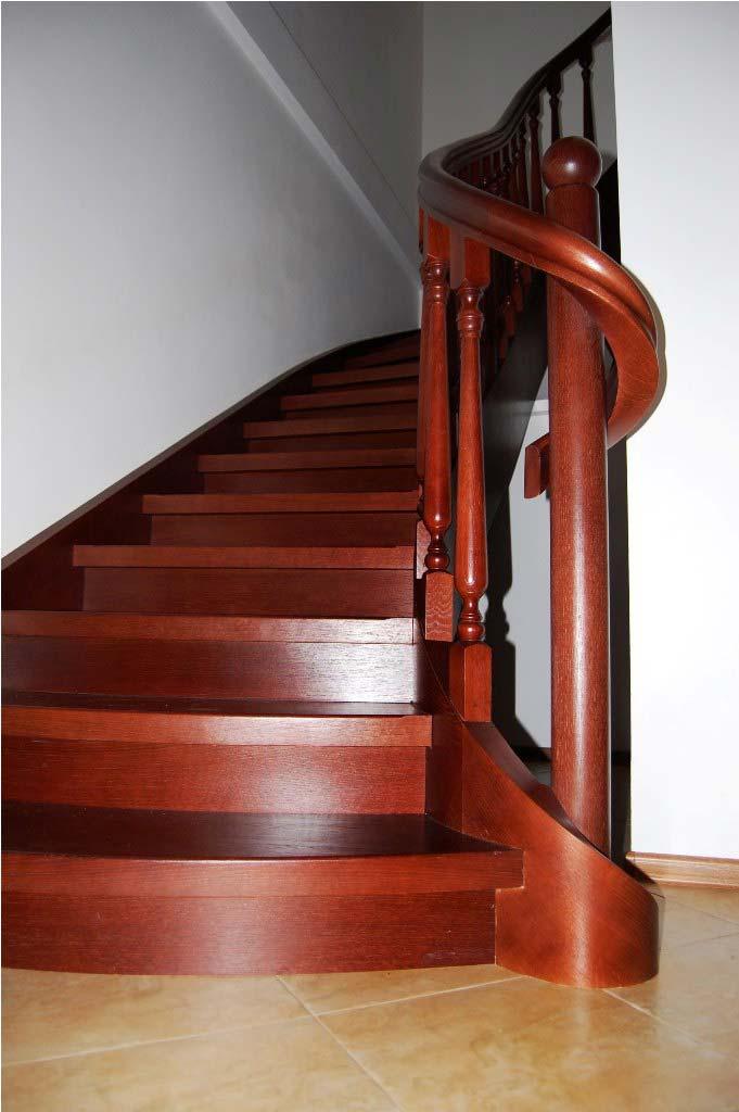 schody gięte z drewna na policzkach