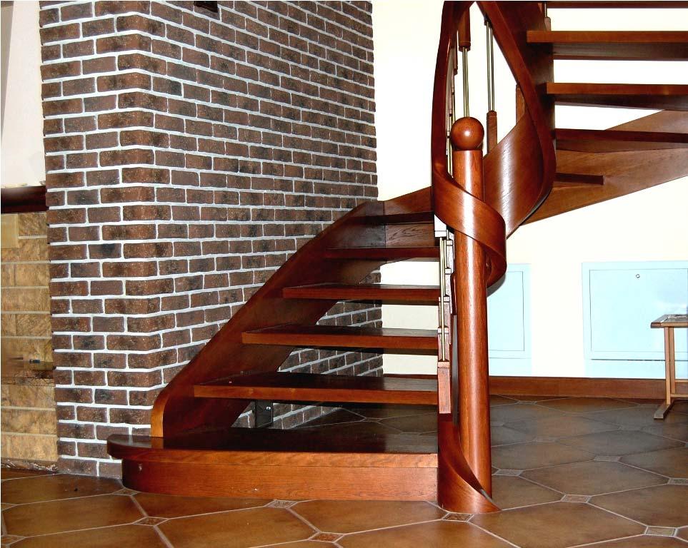 schody gięte drewniane na tle cegły