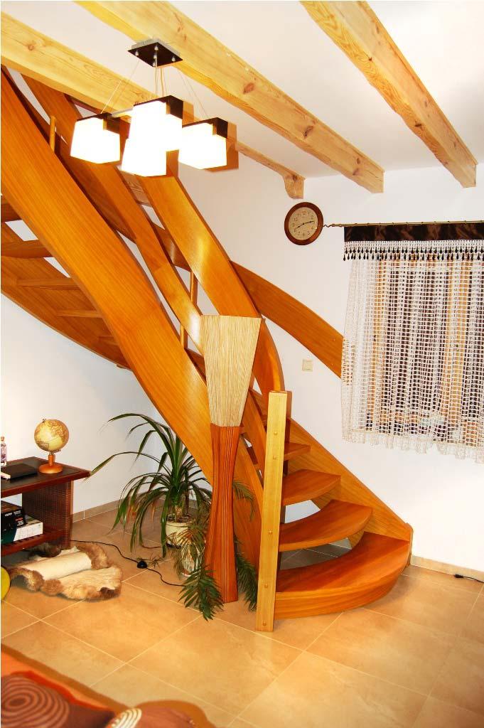 ażurowe schody gięte z drewna