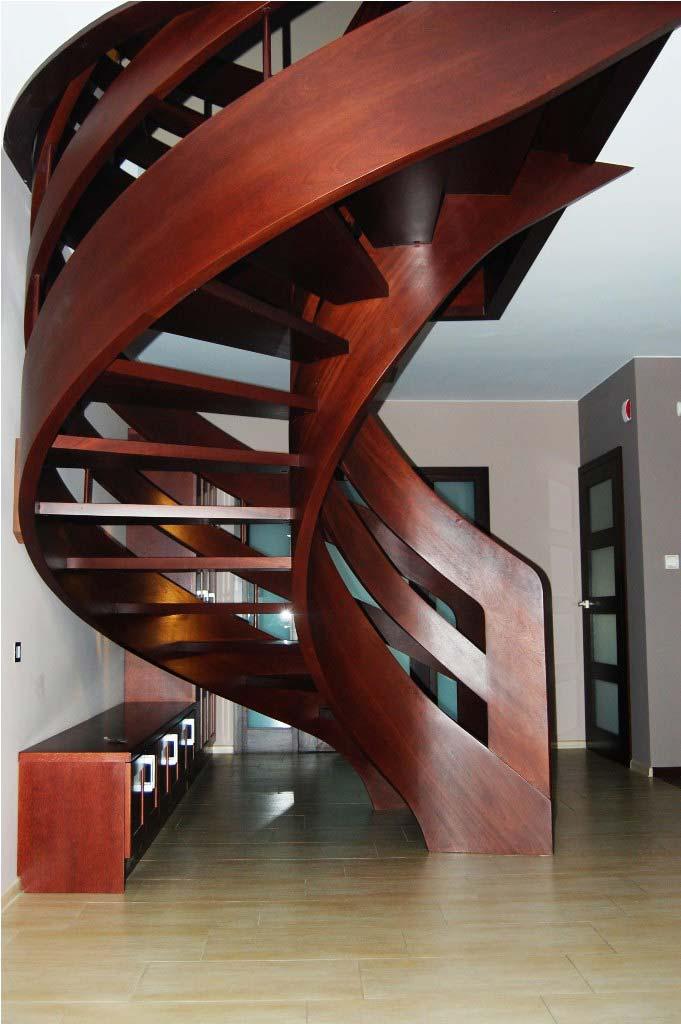 ażurowe schody kręcone na policzkach giętych