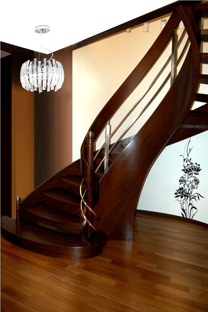 Ekskluzywne schody kręcone w salonie domu