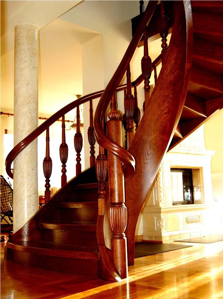 schody kręcone z drewna ze zdobieniami na poręczy