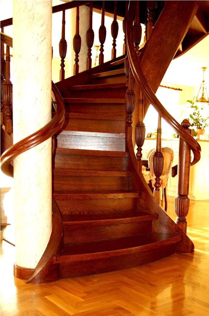 schody kręcone z zawijaną poręczą
