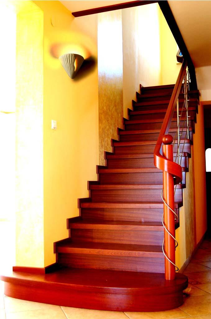 Schody Prudlik drewniane w salonie