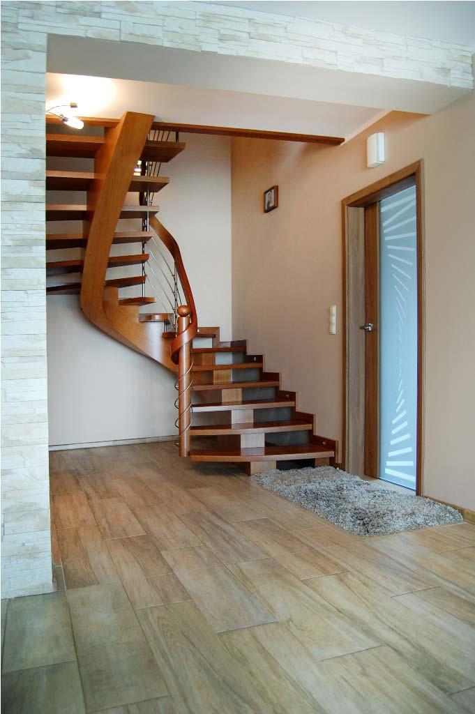 Schody gięte z drewna w domu jednorodzinnym