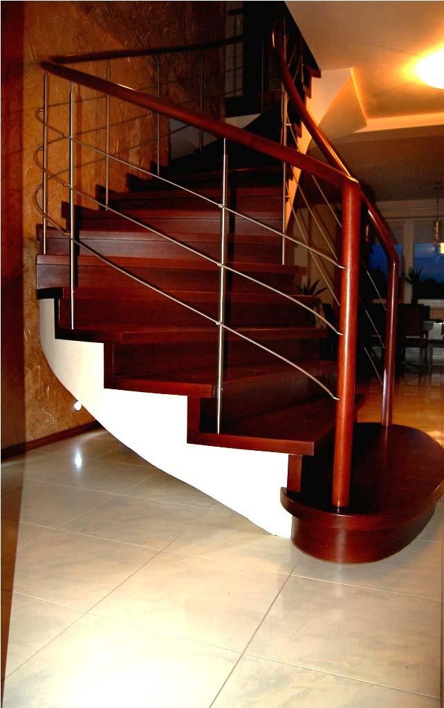 schody zabiegowe z drewna w salonie