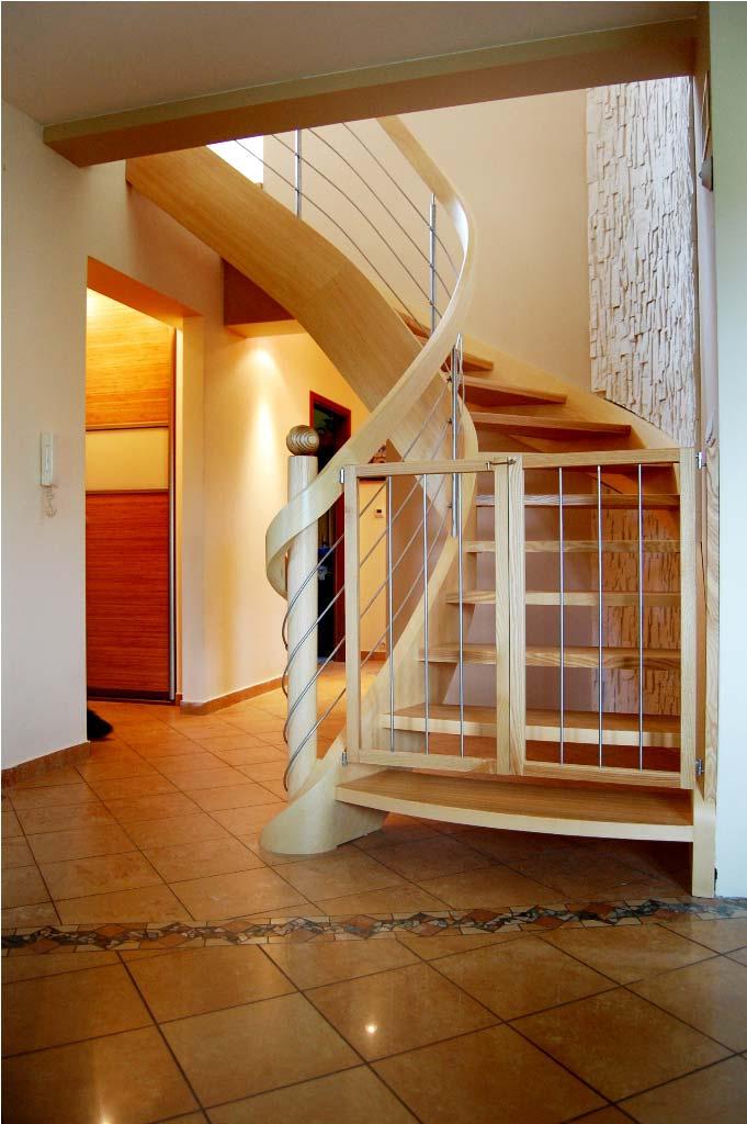 schody drewniane zabiegowe z barierką zabezpieczającą