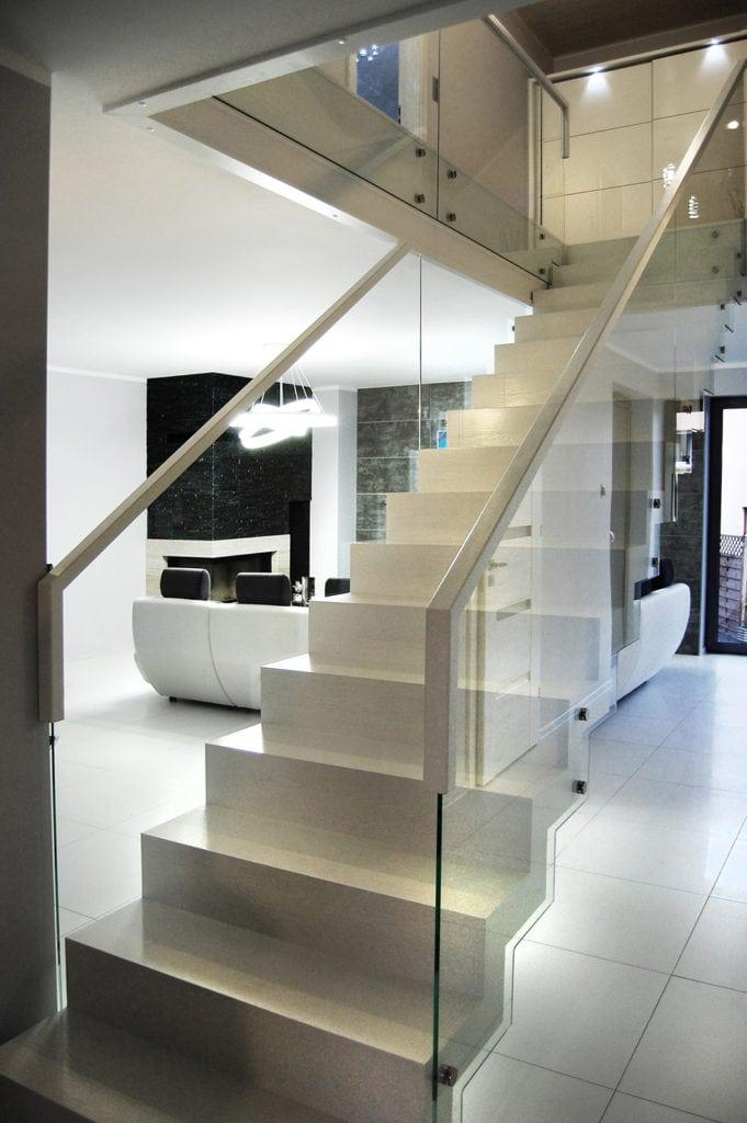 Białe nowoczesne schody dywanowe